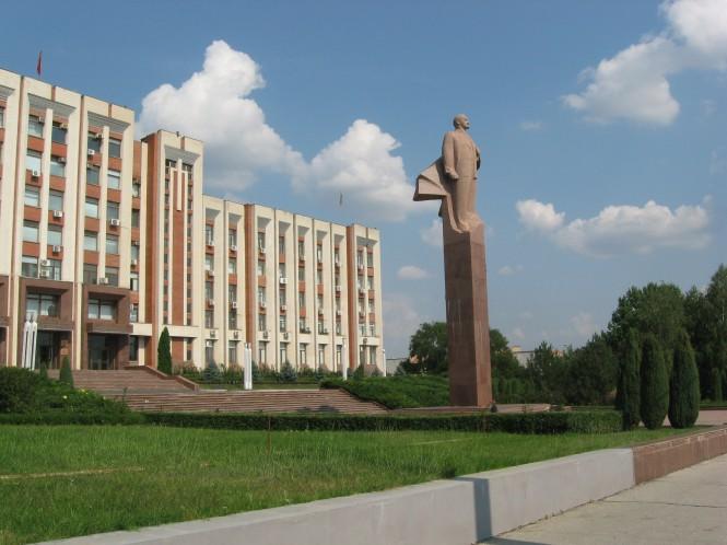 Het 'huis' van president Smirnov in Tiraspol, met relatief nieuw Lenin standbeeld