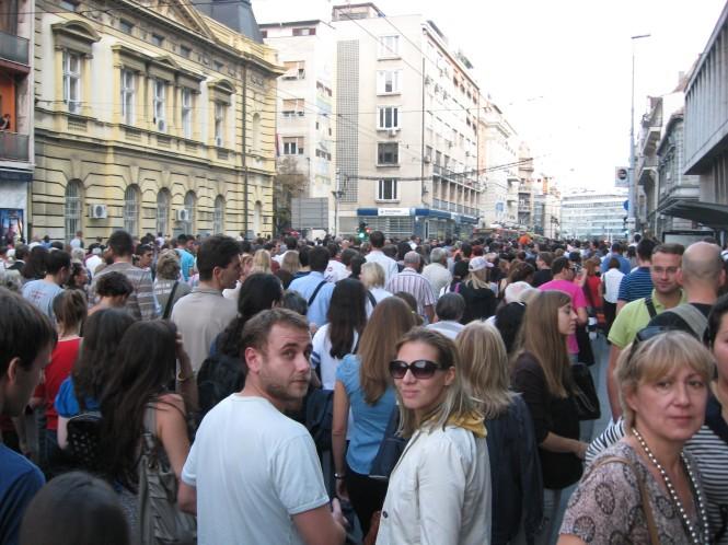 Nikola en Nina en 5000 andere Serviërs in stille tocht door Belgrado