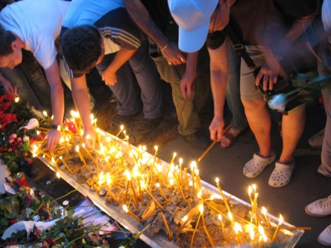 Kaarsen branden bij Franse ambassade in Belgrado